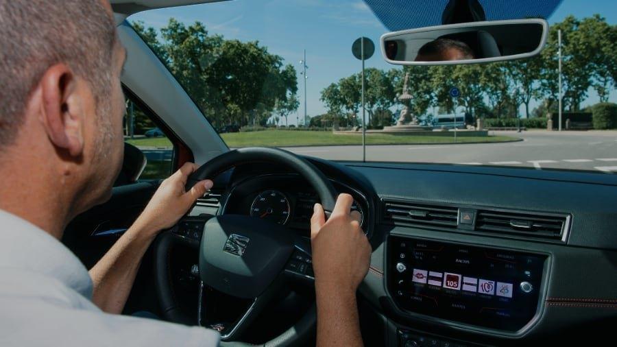Seat spiega come guidare in rotonda